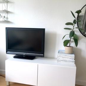 Tv-møbel i modellen BESTÅ fra IKEA ✨  Det er den model, der er 120cm bred. Sælges med to indvendige hylder samt de ben, der er monteret på billederne ✨ Skal afhentes på Frederiksberg 🦋  Tjek også mine andre annoncer. Jeg giver gerne mængderabat, hvis du køber 2 eller flere varer 🦩🌸🍋
