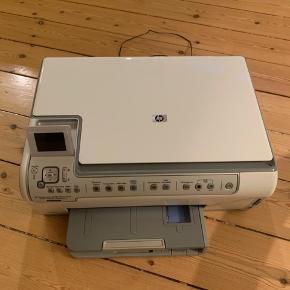 HP Photosmart C5180 All-in-One printer, scanner og kopimaskine. Virker fint, men skal have nye blækpatroner. Foræres væk, da vi ikke får den brugt.