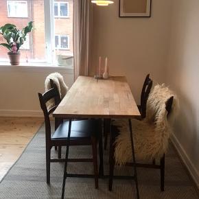 """Rigtig fint spisebord. Står på bukke.  Fejler ikke noget. Dog lille """"skade"""" i den ene ende af bordet (se 3. Billede)"""