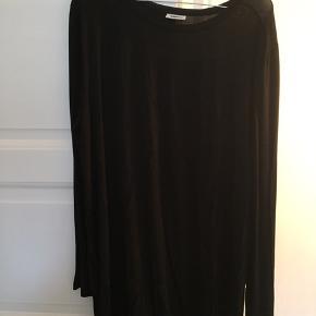 T-shirt kjole med lange ærmer. Behageligt stof. Længde lige over knæene.