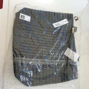 God rummelig taske. Aldrig brugt og stadig med tag.  Kan ikke huske nyprisen.  40 x 33 x 10 cm.