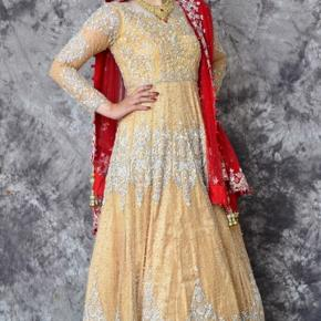 Sælger denne indiske brudekjole som kun er brugt i få timer. Den er som ny og der er mulighed for at købe matchende smykker til. Jeg er 1,74 høj og for nærmere info skriv en besked