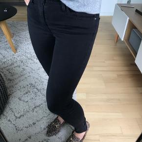 Jeg sælger mine slim fit jeans fra Levi's da de blev for små og er i str. 26/28. Jeg brugte dem kun får gange, og de er i næsten som ny stand - kan vaskes i vaskemaskine uden problemer. De har en stretch og er slim fit. Nyprisen var 899kr Kig på mine andre annoncer fra Envii, Levis