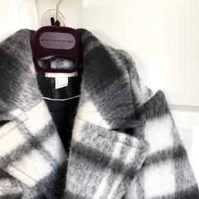 Den smukkeste grå ternede jakke fra H&M / størrelse 32 - jeg bruger normalt en xs og den passer mig fint / grå jakke / uld jakke / ternet jakke / mønstret jakke / lysegrå / mørkegrå 💫 det er en virkelig smuk jakke i god kvalitet. Den kunne sagtens være fra et langt dyrere mærke. Et virkelig godt H&M fund. Kun brugt et par gange og i super stand. (Et lille ligegyldigt hul i foret nede i lommen) ✨
