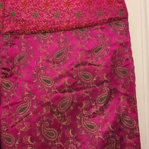 flotte pink bukser fra Message med paisleymønster i guld og grøn str. 42. Livvidde 82cm, indvendig benlængde 76cm. Aldrig brugt.  100kr Kan hentes Kbh V eller sendes for 38kr DAO
