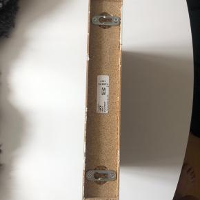 Lille svævehylde fra ikea, har brugstegn og sælges derfor meget billigt :-)   (Uden skruer)