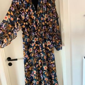 Smuk kjole med fineste ærmer. Brugt få gange, fremstår som ny. Str 36/38.