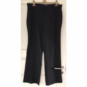 Zizzi bukser med stræk str. M i storpigestørrelse. 29% polyester, 69% rayon, 2 % spandex. Lynlås og knaplukning. Slidser bagpå buksebenene nederst. Livvidde: 50 cm.X 2. Livhøjde: 33 cm. Indvendig benlængde: 86 cm. Bredde nederst på bukserne: 26 cm. X 2.
