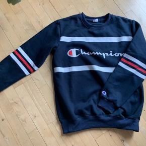 Super fed sweatshirt fra Champion. Er egentlig en herremodel i str. XL, men jeg har brugt den som let oversize (er normalt en medium)