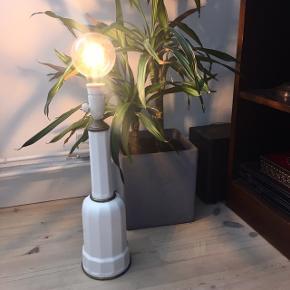 Retro lampe i porcelæn. Fuldt funktionel men porcelænet har noget patina / krakeleringer.  Bordlampe Gulvlampe