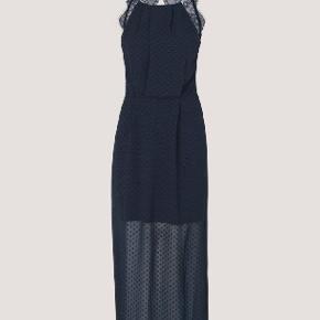 Populær willow dress i farven dark saphire (mørkeblå med prikket tekstur).  Nypris 1000 kr.  Brugt en enkelt dag til bryllup. Kan også bruges til galla, nytår og andre festlige lejligheder.