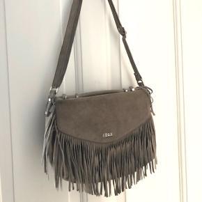 Super smuk ruskind taske fra Adax. Skriv gerne for flere billeder og BYD gerne:)  Np: 2000kr Mp: 1000kr  Køber betaler fragt :) Kan også mødes i KBH