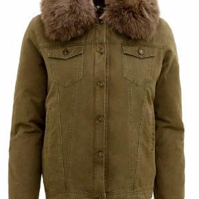 Flot meotine jakke i en smuk grøn farve, brugt men i flot stand. Flere billeder kan sendes  Str M/L, men ville sige den svare til en 38/40