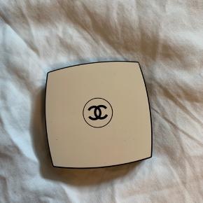 """Kun brugt 3 gange, da den er lidt for lys til hvad jeg ville bruge den til. Har små glimmerpartikler, som reflekterer flot i solen! Indpakningen er lidt """"beskidt"""", da jeg har brugt spejlet rigtig meget, grundet det er så stort.  Produktet bliver tørt af inden, og Chanel børsten der kom med produktet, følger også med!"""