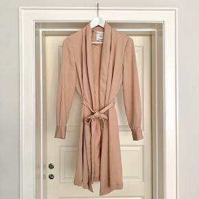 Fin, rosa forårsfrakke/sommerfrakke fra Mango. Byd gerne og se også mine andre annoncer 😊