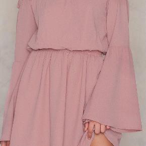 kjolen fra NA-KD, str 34. Prøvet 2 gange men aldrig brugt kan godt sende flere billeder