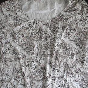 Helt ny sød bluse fra Soyaconcept str XXL.  Blusen er hvid i bundfaren med mønster i sort og en sart lyserød.  Der er elastikkant ved halsen og taljen.  Materiale: 50& bomuld - 50% modal.  BM ca 2 x 60 cm - uden at strække i stoffet. Hel længde ca: 72 cm  ALDRIG BRUGT - stadig med tags  Se også mine flere end 100 andre annoncer med bla. dame-herre-børne og fodtøj
