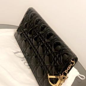 Sort Dior, kan bruges som Clutch og cross bag med kæde. Købt i Berlin til 8.000. Ny pris i butikkerne 11.000. Brugt få gange. Sælges til 6.000 kr