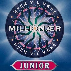 """Ide til gave:  Det populære quiz-spil """"Hvem vil være millionær"""" i junior-udgave.   Brætspillet er ikke brugt og alle dele er intakte! Hundredevis af spørgsmål! Perfekt gaveidé til quiznørderne!   Alle bud er velkomne! Se også mine andre annoncer :-)"""