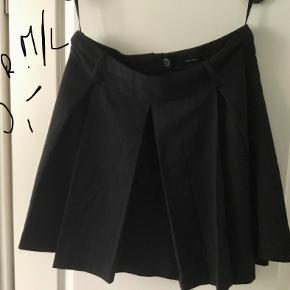 Super sød og flot nederdel - mørkegrå/sort og diskrete striber. Sidder super fint. 60 kr.