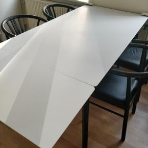 Ingen fejl, mangler eller ridser. Bordet er 2 år gammelt, men står som helt nyt. Bordpladen er MEGET nem at gøre ren. Et stk. tillægsplade medfølger i prisen (nypris 550 kr.). Bordet er købt i ILVA. Nypris 5500 kr. Sælger til 1999 kr.  Hvid højtrykslaminat og ben i sortbejdset eg L: 160 cm H: 75 cm B/D: 90 cm  Tillægsplade L: 90 cm B/D: 45 cm