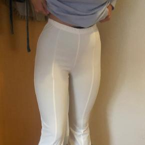 Hvide trompet bukser fra boohoo.