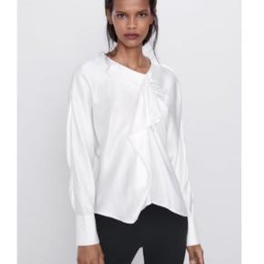 Bluse med satin finish fra Zara. Blusen har rund halsudskæring, lange ærmer, rynkeeffekt foran og åbning bagpå.  Str. L. Aldrig brugt.