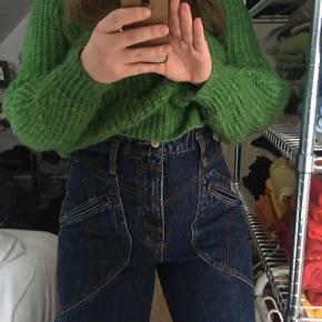 Sygeste vintage jeans! Med broderi og flotte detaljer.  Passes af en størrelse S-L eller 36-40.  Prisen er fast.  Ingen fri fragt på denne annonce.