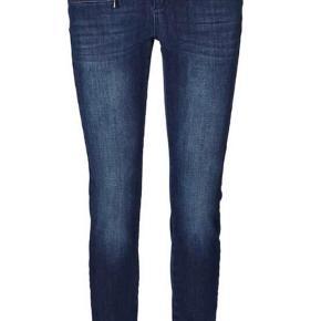 """Varetype: Jeans Størrelse: 32/32"""" Farve: Denim Oprindelig købspris: 1000 kr.  Fed fed Jeans - 360 graders strech. Mørk blå. Super detaljer.   Berlin ZIP Freedom hedder de.   Bytter ikke"""