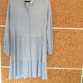 Smuk kjole, aldrig brugt- kun prøvet på. 100% viscose. Jeg har svært ved at ramme den rigtige farve på billederne, men det første er det der rammer bedst.