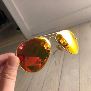 Ray-Ban Aviators i super fed farve. Orange/gul/rødt spil i glasset og mat-guld stel. Sælges billigt pga. flytning.