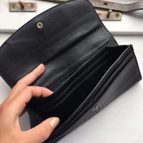 Super fin læder pung med plads til mange kort, mønter og endda mobil.