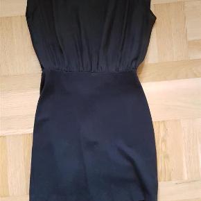 Varetype: kjole Farve: Sort Oprindelig købspris: 899 kr. Prisen angivet er inklusiv forsendelse.  Fin sort Storm og Marie kjole med stramt siddende skørt og løs top.