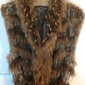 Varetype: Pels Farve: Brun Oprindelig købspris: 2500 kr.  Den smukkeste pels i en blanding af lapin og marmotte. Super smuk med bindebælte og lommer.  Den er som ny, brugt en gang.  Byd på den smukke varme pels Køber betaler fragt og ts gebyr 😊