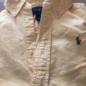 Ingen brugsmærker, pletter eller huller Ikke ryger hjem   Lyse gul skjorte med lille pony.
