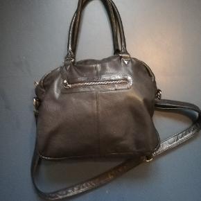 Taske i ægte læder. Den er næsten ikke brugt. 30×30 cm