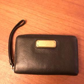 Super fin skind pung med rem. Der er plads til kort, mønter og mobil telefon.  Næsten som ny, kom gerne med bud