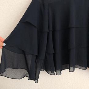 🛑 FLYTTESALG🛑 Hjælp med mig at få ryddet ud i hele garderoben, % ved køb af mere end 1 vare, procenterne bliver regnet uden fragten.  Zara skjorte / bluse i mørkeblå   størrelse: M   pris: 100 kr    fragt: 37 kr