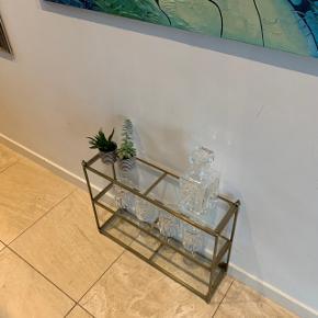 Fin lille hylde/reol som enten kan stå på gulv el hænge på væg. Mål 59x43x15 cm. Nypris 499