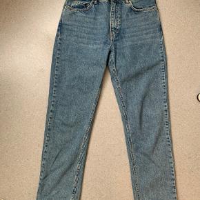 Fede denim bukser, som sælges da de desværre ikke passer mig helt så godt. De er lagt 2 cm op i bunden. Jeg er 167 ca. Kun brugt 2 gange. Er åben for bud