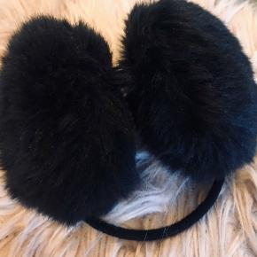 Ørevarmere med sort pels. Fejler intet.