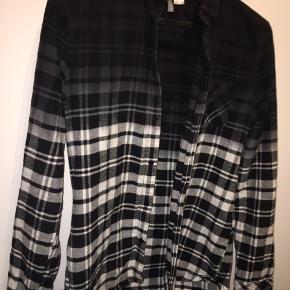 Populær H&M skjorte  Størrelse m Brugt men i god stand! - mikroskopisk hul, se billede 3