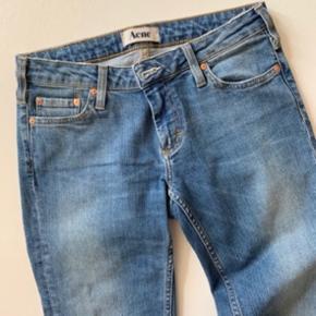 Jeans fra ACNE i str. 28/32  Brugt en håndfuld gange - men fremstår i pæn stand!   Model: KEX/TRAD Materiale: 98% bomuld, 2% elestan