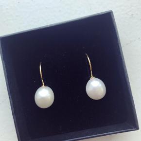 Forgyldte Alberte ørekrog med smukke hvide barok perler.   Enkle og smukke øreringe.   Perlen måler ca 12x9   Kan laves i en sølv ørekrog også.