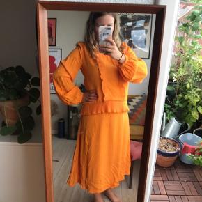 Smuk orange kjole fra Minimum i str. 40 🍊🍊 rigtig smuk kjole med flæser og lange ærmer. Lynlås i ryggen. Midi længde   Bemærk - afhentes ved Harald Jensens plads eller sendes med dao. Bytter ikke 🌸  🌙 Kjole minimum orange flæse flæser