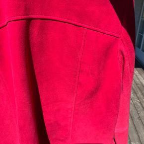 Skønneste blødeste ruskindsjakke fra Neiman Marcus. Farven er fuchsia. Den er aldrig brugt, mærkerne sidder stadig i. Desværre er sømmen omkring den ene trykknap på venstre skulderstrop gået op, så stroppen hænger i stedet for at sidde :-) Det kan nemt ordnes, hvis man er erfaren med nål og tråd. Det er jeg ikke :-( derfor sælger jeg :-)