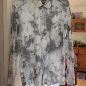 Fin skjorte passer en 175-180 ca mindre og større kan også gøre det, tjek også mine andre annoncer ud, giver rabat på flere køb