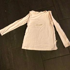Fin langærmet T-shirt som kun er brugt få gange. Ser ud som ny.
