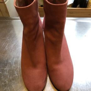 Fine ruskindsstøvler, brugt en enkel gang. Der er få sorte pletter, som sandsynligvis kan gå af i rens. BYD 😊