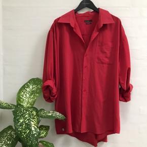 Super fed stor rød skjorte. Størrelse XXXL.  Ærmerne er rullet op på billederne, men de er lige så lange som skjorten (som går til midt på mine lår når den ikke er nede i bukserne)